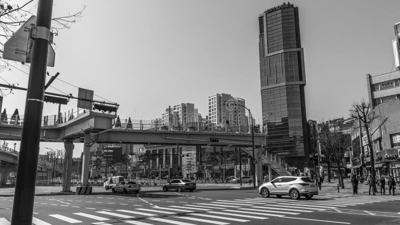 Calles y edificios en Seúl blanco y negro imagenes de archivo