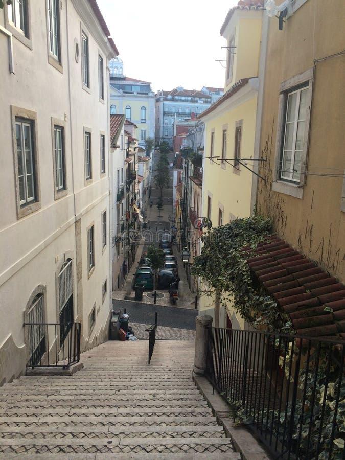 Calles y escaleras escarpadas, Lisboa Portugal imagen de archivo
