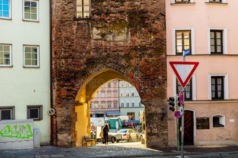Calles y orilla del r?o en la ciudad de Landsberg am Lech en Alemania, Baviera imágenes de archivo libres de regalías