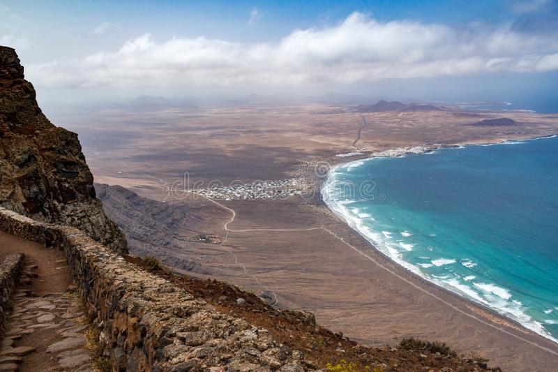 Calleta de Famara från den klippaFamara stranden Lanzarote royaltyfri fotografi