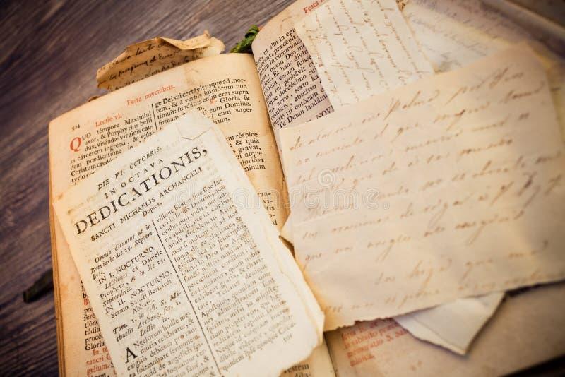 Calligrafia religiosa da un libro romano di 300 anni nella lingua latina immagini stock libere da diritti