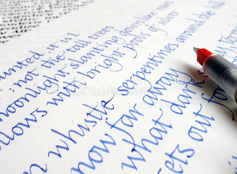 Calligraphie d'écriture sur le papier avec l'encre bleue image libre de droits