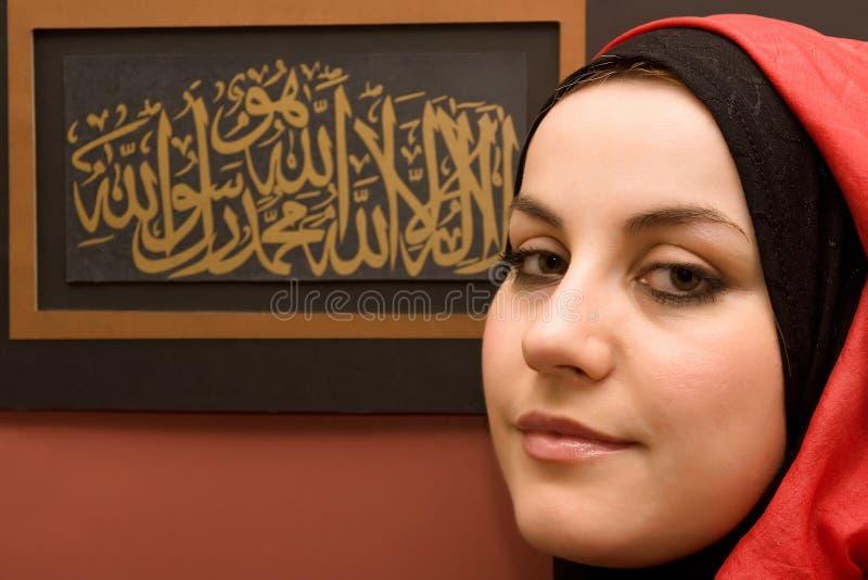calligraphymuslimkvinna royaltyfri bild