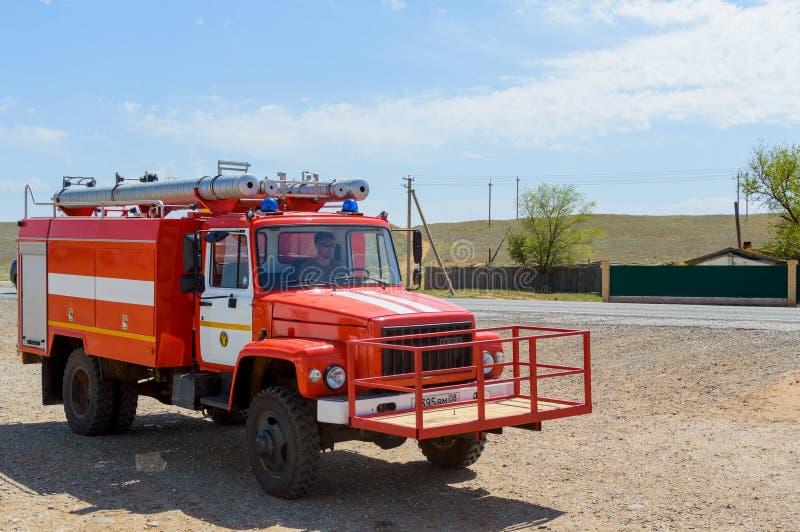 Calmúquia, Rússia, o 5 de maio de 2018: Viatura de incêndio vermelha para extinguir o estepe ou incêndios florestais naturais na  fotos de stock royalty free