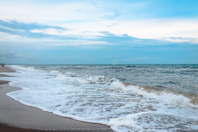 A calma acena na ilha do oceano durante a maré baixa imagem de stock