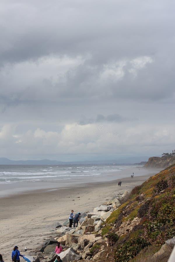 Calma antes de la costa de la tormenta fotografía de archivo