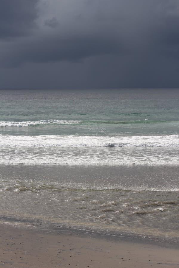 Calma antes de la tormenta en la playa imagenes de archivo