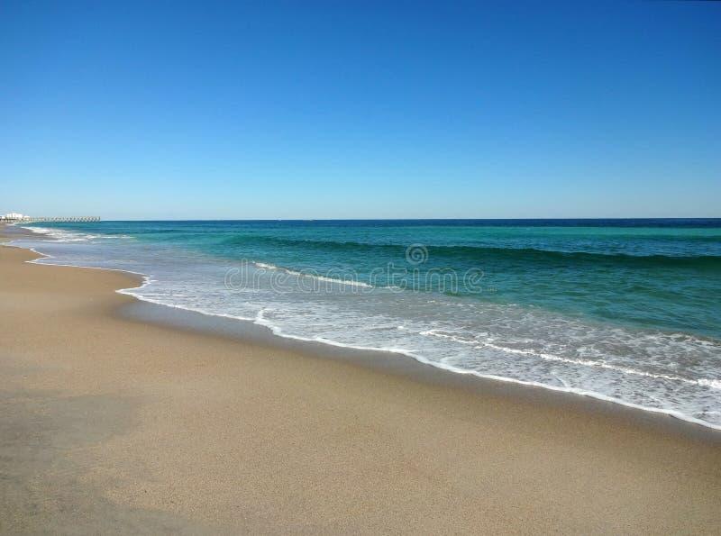 Calma di bassa marea alla spiaggia di Wrightsville, Nord Carolina immagine stock libera da diritti