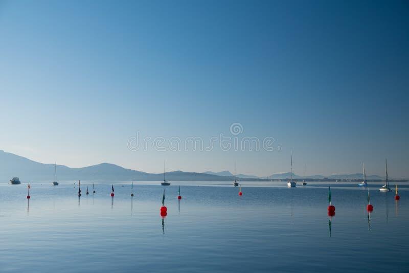 Calma di mattina nella baia Port de Pollenca Spagna fotografia stock libera da diritti