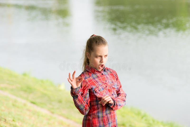 Calma e pacifico Equilibrio di vita Umore pacifico Piccolo bambino sveglio della ragazza godere della pace e della tranquillit? a fotografia stock