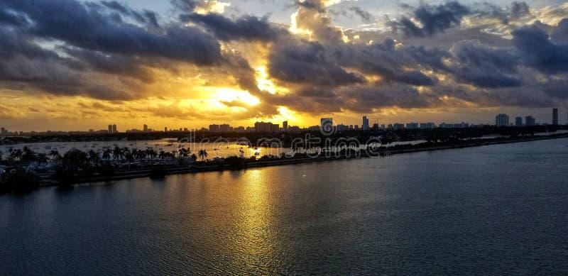 Calma hermosa salida del sol de Miami, la Florida fotografía de archivo libre de regalías
