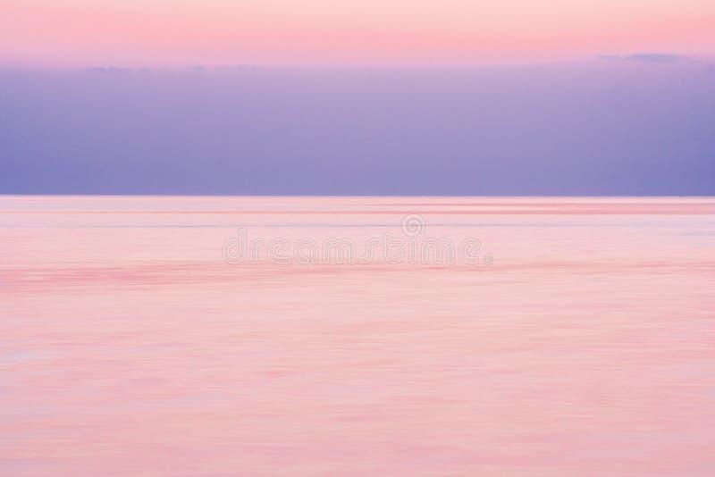 Calma sul mare dopo il tramonto fotografia stock libera da diritti