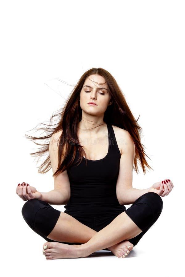 Calma y el meditar compuesto de la mujer joven foto de archivo