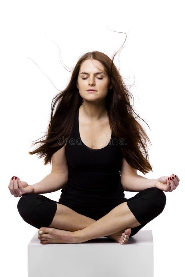 Calma y el meditar compuesto de la mujer joven fotos de archivo libres de regalías