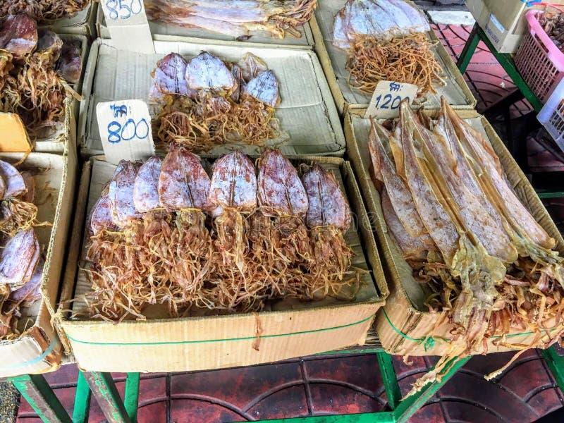 Calmar déshydraté ou desséché étant vendu à un marché local à Bangkok, Thaïlande pour le baht 800 thaïlandais images libres de droits