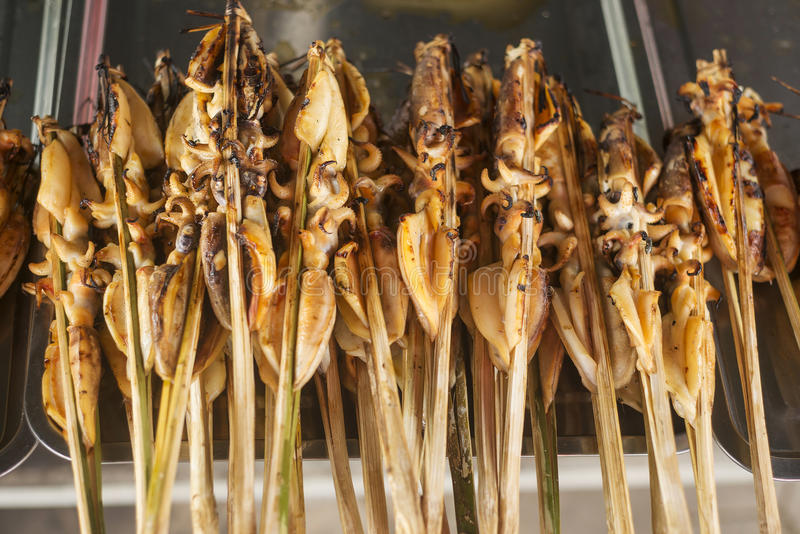 L'Asiatique De BBQ A Grillé Le Calmar Sur Le Marché Cambodge