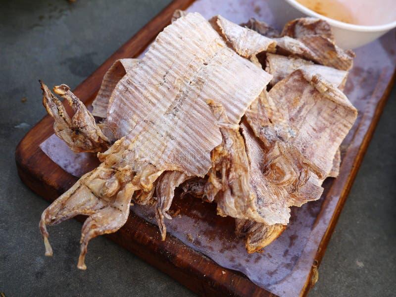 Calmar sec de gril du plat en bois images libres de droits