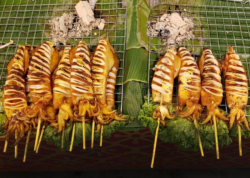 Calmars grillés sur le marché dans Bagkok images stock