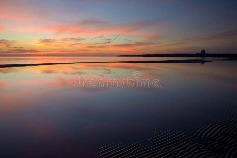 calme Coucher du soleil sur le Golfe finlandais, près de Sosnovy Bor image stock