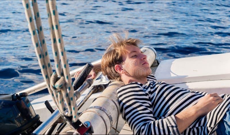 Calme de repos de moment de jeune marin photographie stock libre de droits