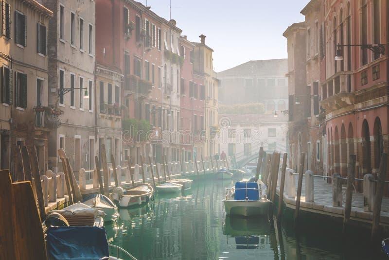 Calme dimanche matin dans des rues romantiques de Venise photo libre de droits