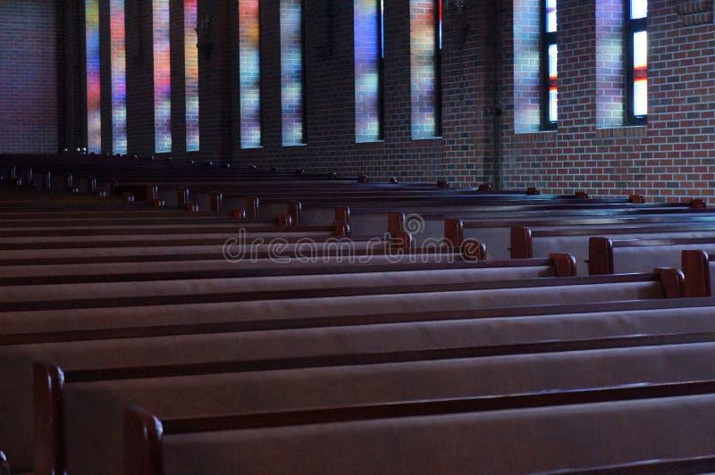 Calme : réflexion de couleurs de stainglass dans l'église images stock