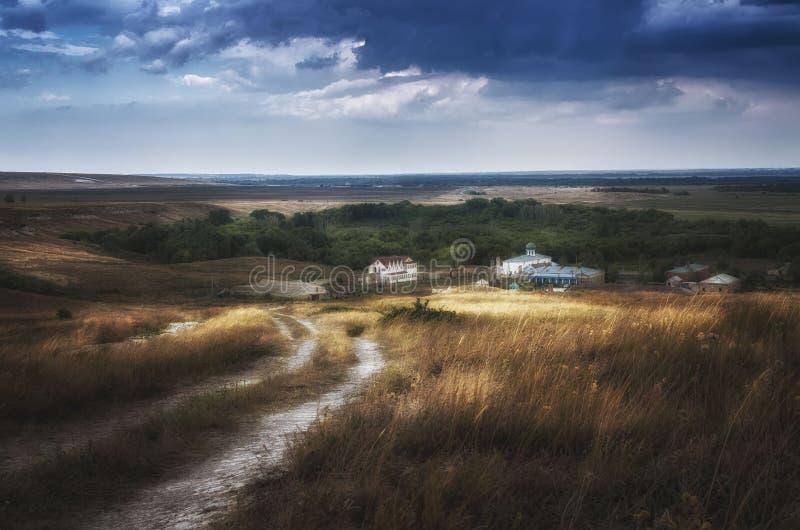 Calmez avant la tempête près du monastère en steppe de région de l'Astrakan, Russie images stock
