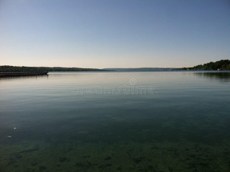 Calmez le lac au crépuscule photographie stock