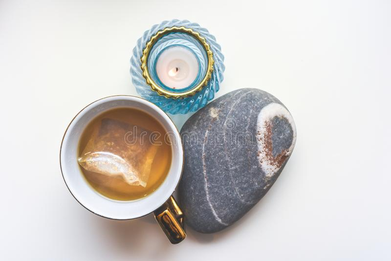Calming chamomile tea in een mug met de opstelling van moderne objecten mening van bovenaf royalty-vrije stock fotografie