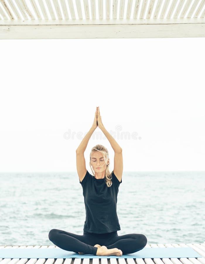 Calmness i relaksuje, żeński szczęścia, umysłowego i fizycznego zdrowie, fotografia royalty free