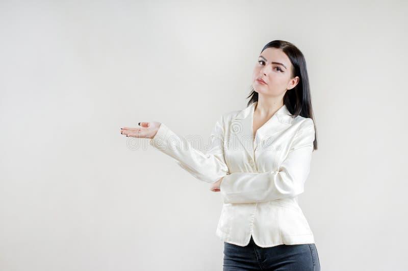 Calmstudio de levantamento moreno caucasiano da mulher de negócios séria nova foto de stock royalty free