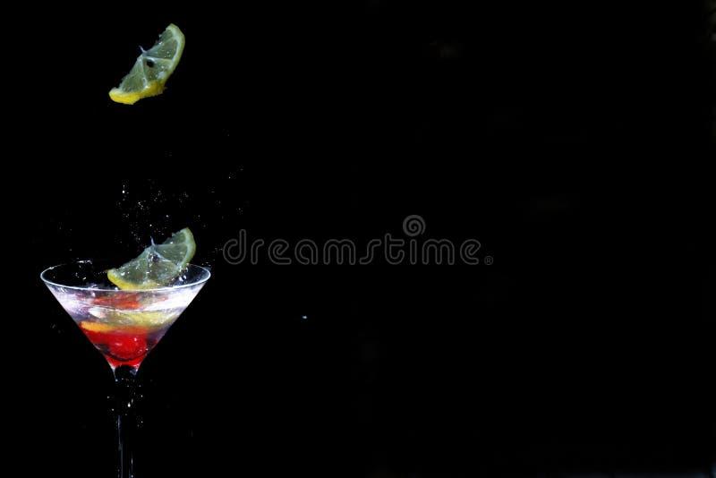 Calo di limone in un vetro del martini immagini stock libere da diritti