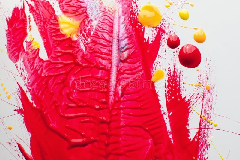 Calomnie de vernis à ongles rouge avec la baisse rose et jaune image libre de droits