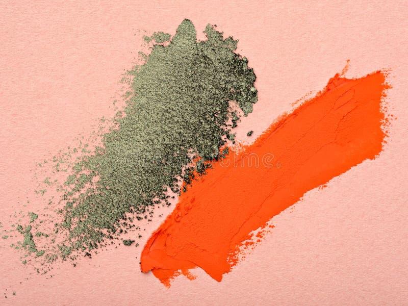 Calomnies de rouge à lèvres orange et de fard à paupières vert photographie stock libre de droits