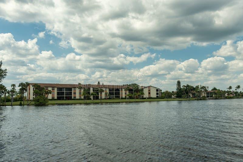 Caloosahatchee-Fluss in Fort Myers, Florida Stadtbild im Hintergrund stockfotografie