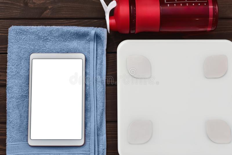 Calorías de la dieta y del control para el concepto de la buena salud las escalas elegantes del peso hacen tabletas el dispositiv imagen de archivo libre de regalías