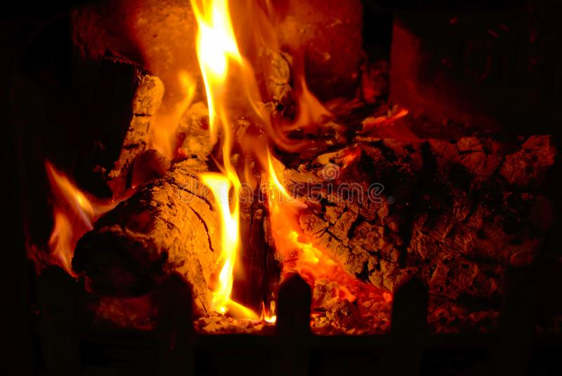 Calor de um fogo de log fotografia de stock