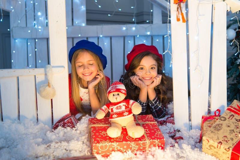 Calor e unidade Crianças felizes na casa com decoração do xmas Pouco crianças com brinquedo e presentes do Natal fotografia de stock royalty free