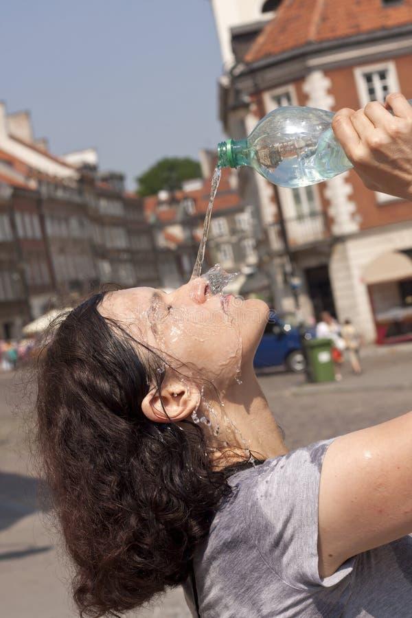 Calor en la ciudad en la calle en días calientes que chorrean sudor imágenes de archivo libres de regalías