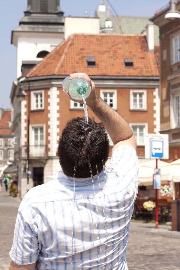 Calor na cidade na rua em dias quentes fazendo um calor sufocante fotografia de stock