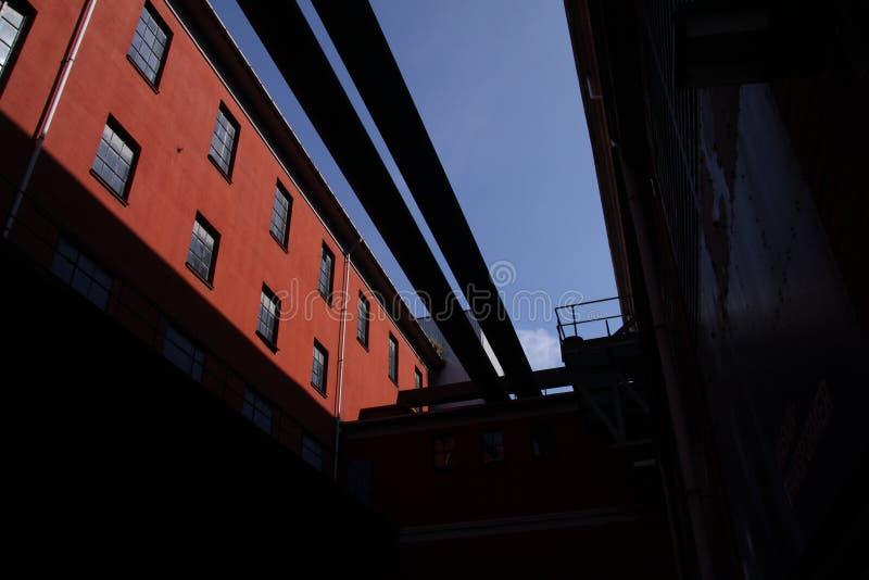 Calor velho e central elétrica com os encanamentos na luz do sol imagens de stock