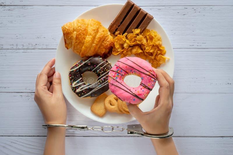 Calorias do controle, a dieta de alimento e o conceito da perda de peso a ideia superior de duas mãos era controle pela algema, g imagens de stock royalty free