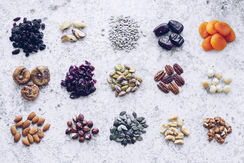 100 calorieën portie gezonde snack van noten, zaden en gedroogde vruchten royalty-vrije stock afbeelding