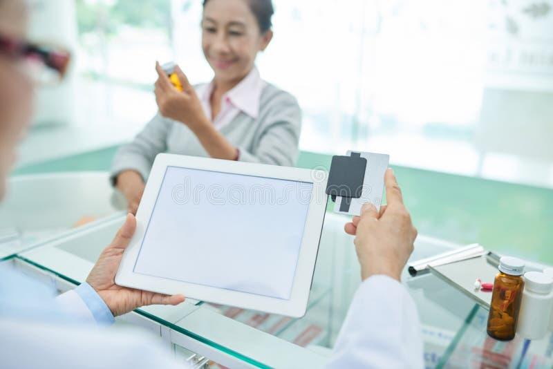 Calotter par la carte de crédit images libres de droits