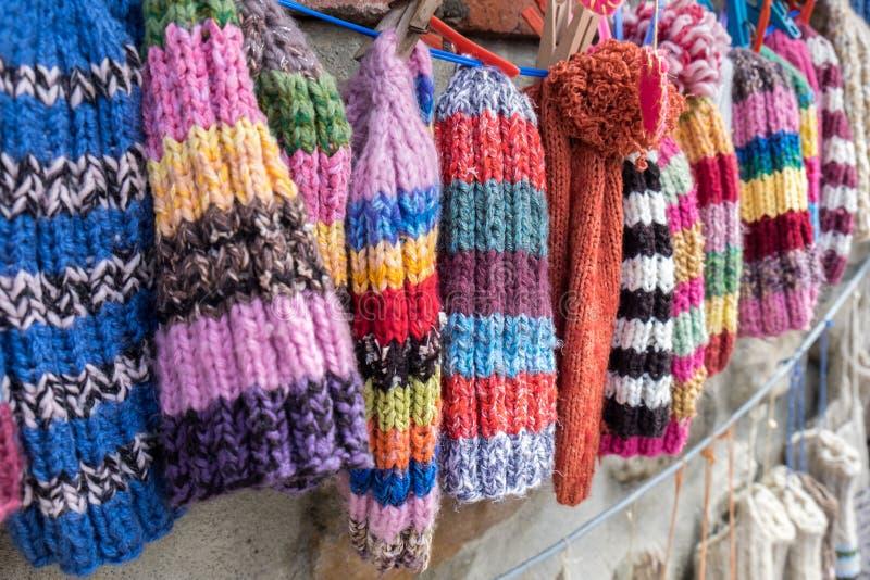 Calottes faites main colorées de laine à la rue géorgienne images libres de droits