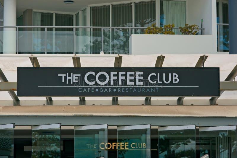 Caloundra Qld, Australien - Februari 18, 2019: Kaffeklubbatecknet på en modern byggnad royaltyfri bild