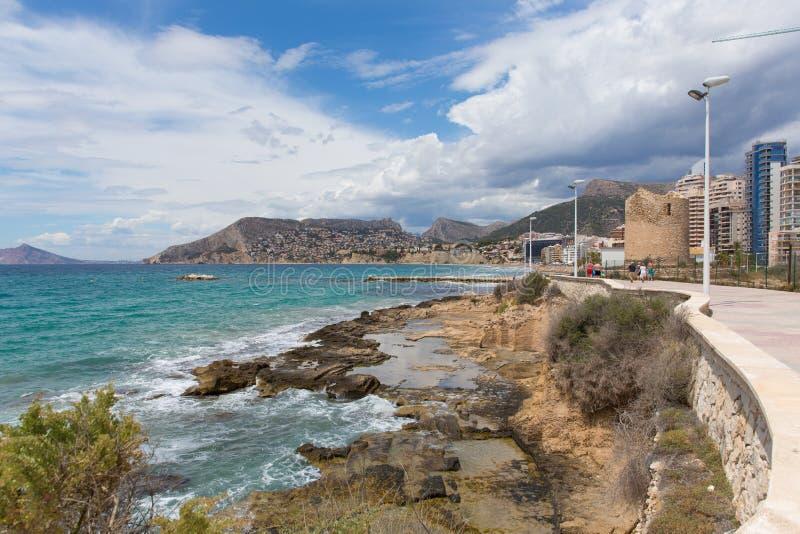 Calp Hiszpania nadbrze?a deptaka paseo z widokami g?rskimi, hotele i mieszkania zdjęcia royalty free