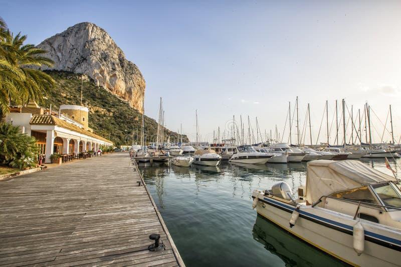 Calpe阿利坎特有Penon de Ifach山的小游艇船坞小船 库存照片