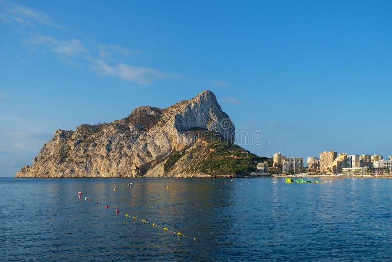 Calpe Roch, Ifach, αγνοεί την πόλη Calpe, Κόστα Μπλάνκα, Ισπανία στοκ εικόνα με δικαίωμα ελεύθερης χρήσης