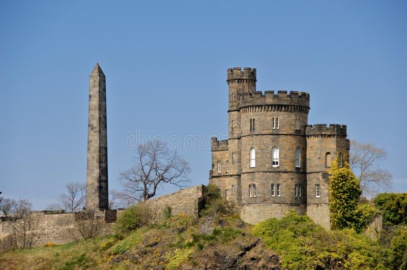 caltonkyrkogårdedinburgh obelisk arkivfoton